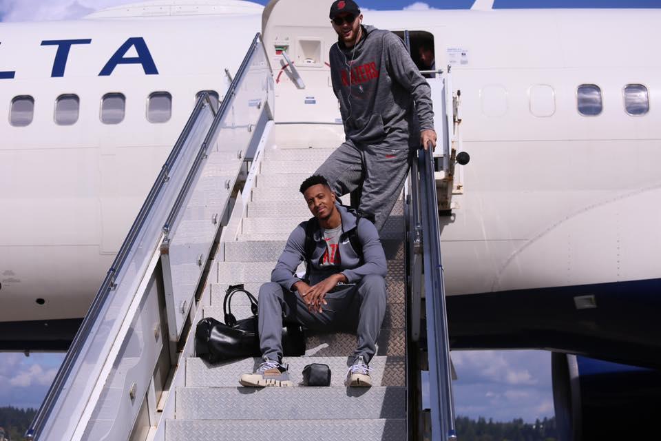 רוטינת הקפאין של יום המשחק שנותנת כוח לנוסעים המתמידים של ה-NBA – בקסטר הולמס / תרגום Smiley